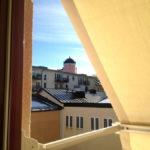 Utsikt från våra rum mot innergården. En lugn oas med Slottet som fond och stadspulsen runt hörnet